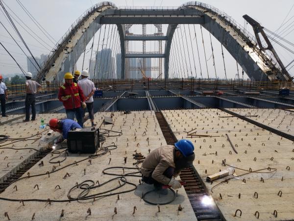[s]江北快速路完成首片桥面板施工 拍摄:何佳.jpg