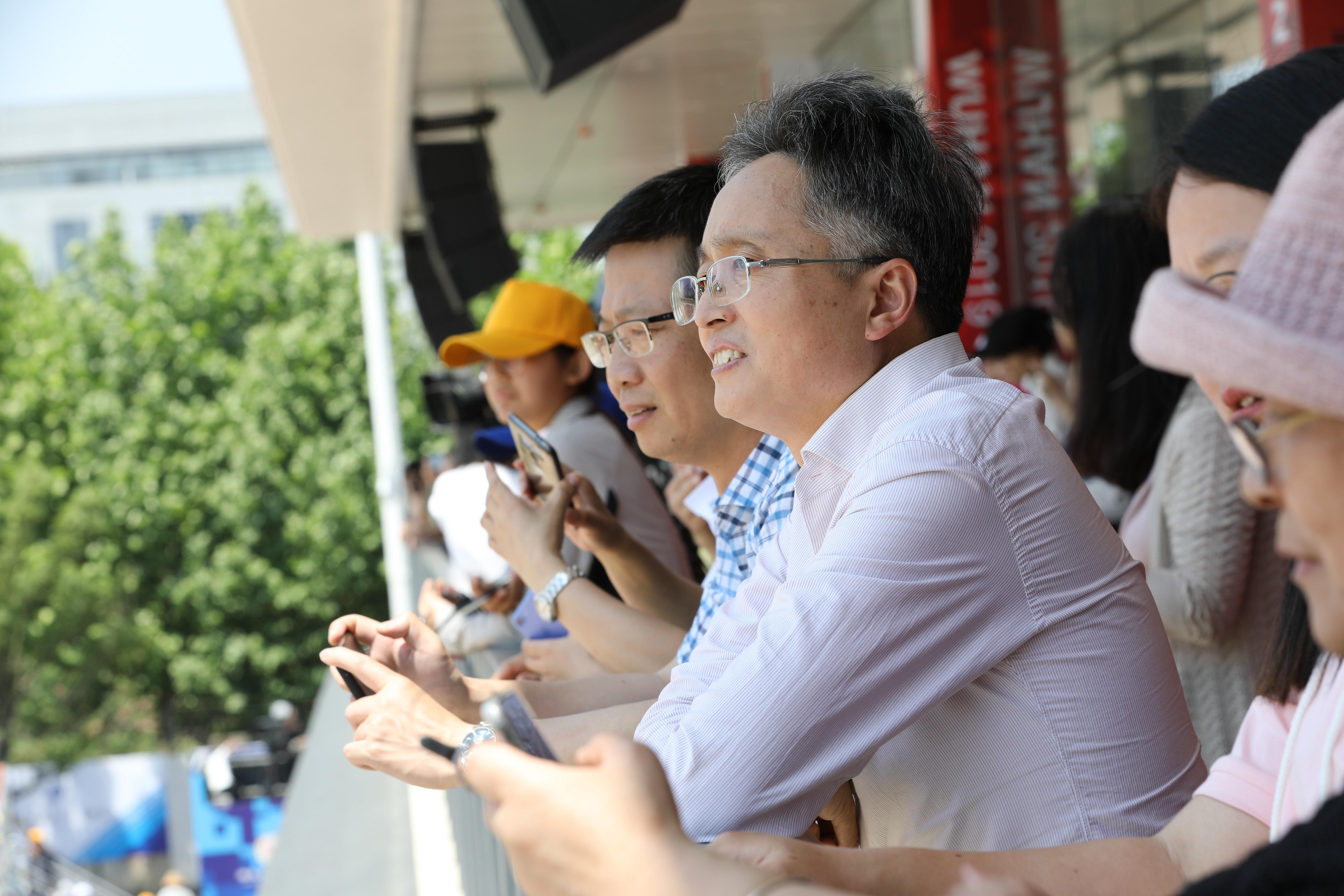 集团领导在观赛.JPG