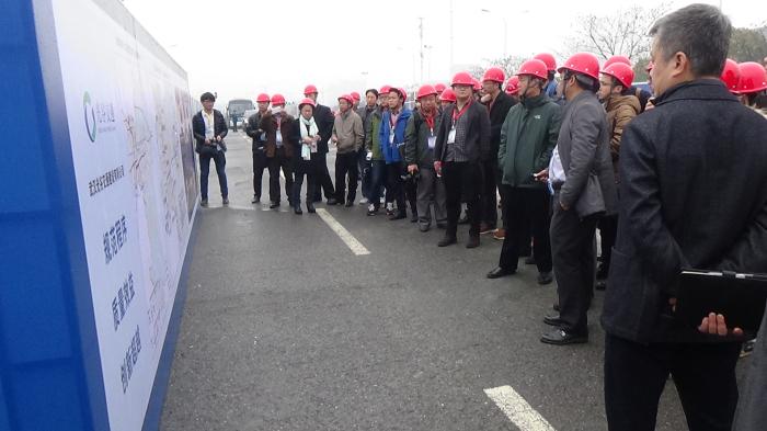 5、住建部领导一行在光谷有轨电车T2线视察(图:李徐德)_编辑.jpg